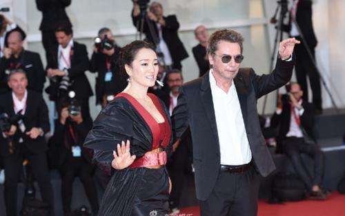 LHP Venice 2019: Củng Lợi nắm tay chồng xuất hiện như nữ hoàng trên thảm đỏ