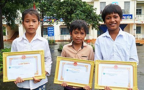 Tặng bằng khen cho 3 học sinh tiểu học dũng cảm cứu bé gái bị đuối nước