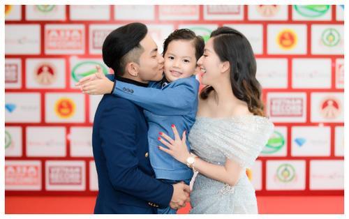 Khánh Thi cùng chồng con mừng anh trai nhận kỷ lục Việt Nam