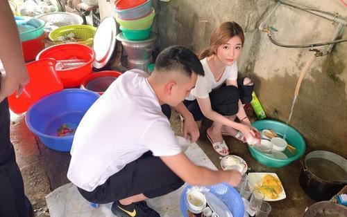 Bức ảnh gái xinh ngồi rửa đống chén sau bữa tiệc ở quê khiến các chàng trai phải truy lùng danh tính
