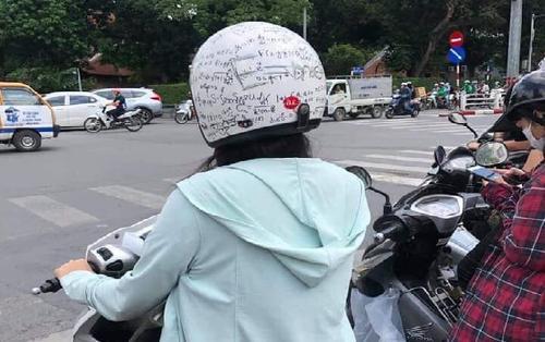 Quá nhức đầu với hàng tá công thức Toán học phức tạp, cô nàng quyết định in luôn kiến thức lên mũ bảo hiểm