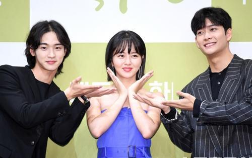 Họp báo 'Sử ký Nok Do': Kim So Hyun khoe vai trần gợi cảm bên Jang Dong Yoon và Kang Tae Oh
