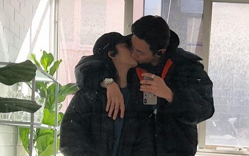 Rocker Nguyễn đăng ảnh 'khóa môi' bạn gái, dập tắt chuỗi tin đồn bí mật hẹn hò Hoàng Thùy