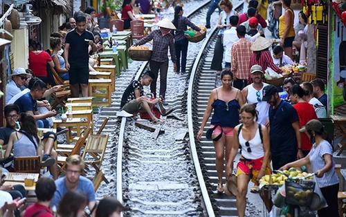 Đề nghị giải tỏa các điểm chụp ảnh, uống cà phê trong lòng đường sắt ở Hà Nội