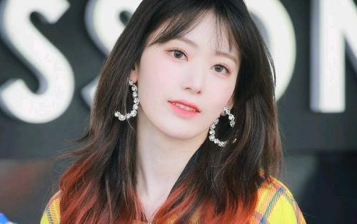 Sakura (IZ*ONE) thu hút ánh nhìn tạituần lễ thời trang Seoul