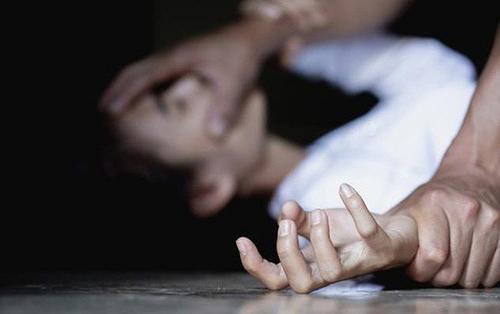 Thấy con gái 13 tuổi bầm tím khắp người, quần mất khoá gia đình phát hiện bé bị cưỡng hiếp trong nhà nghỉ