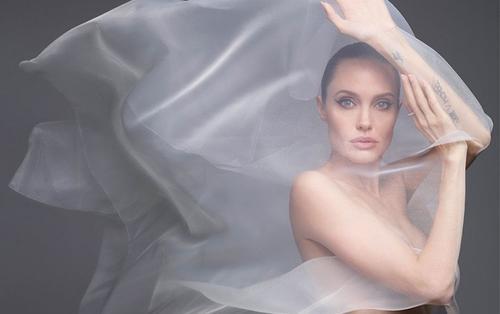 Angelina Jolia khoe vẻ đẹp mặn mà ở tuổi 45