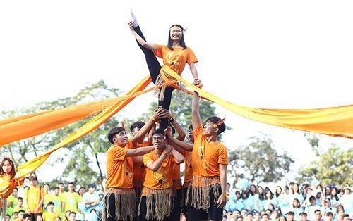 Học sinh nhảy cổ động mừng 111 năm thành lập trường Chu Văn An