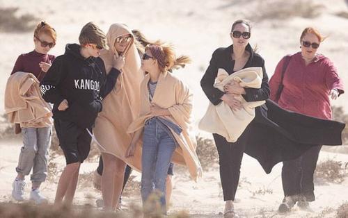 Angelina Jolie ngầu như nữ chính phim hành động khi đưa các con đi dạo biển