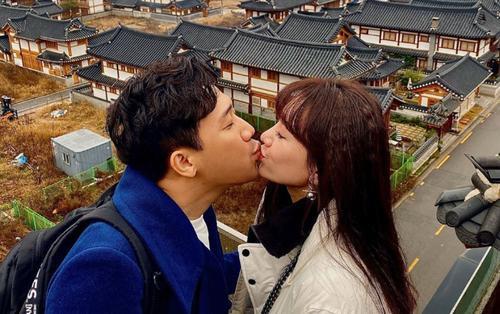 Trấn Thành và Hari Won hôn nhau say đắm giữa tiết trời se lạnh Hàn Quốc