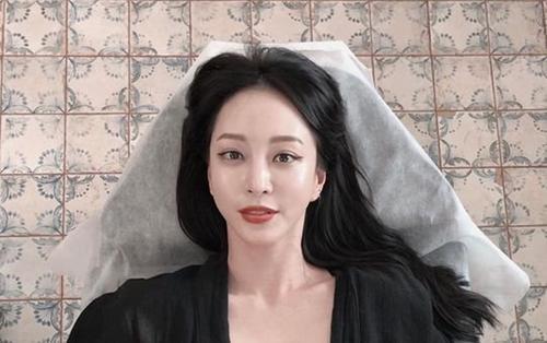 Khoe hình xăm khiêu gợi giữa ngực, Han Ye Seul nhận chỉ trích từ Knet