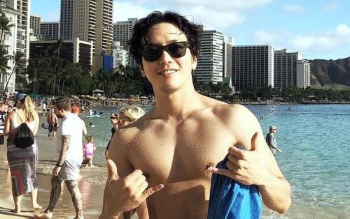 Vừa xuất ngũ, Jung Yong Hwa (CNBLUE) đã làm fan girl mê mệt với body cơ bắp cuồn cuộn