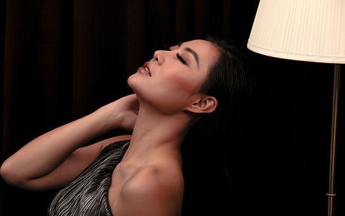 Nhà báo Hoàng Ngân (Sinh tử) - Thanh Hương dịu dàng đến tan chảy với son màu hồng đất