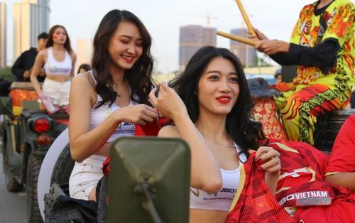 CĐV nữ Việt Nam - Thái Lan đọ sắc trước giờ G