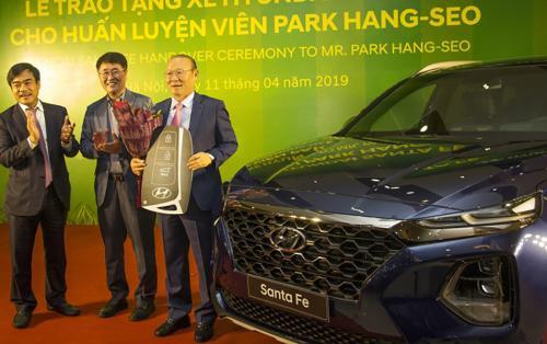 Kể từ khi dẫn dắt đội tuyển Việt Nam, ông Park Hang Seo đã được tặng bao nhiêu 'xế hộp'?