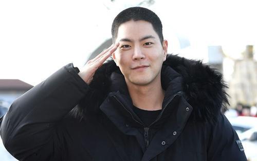 'Tam hoàng tử' Hong Jong Hyun rạng rỡ nhập ngũ, Kim Woo Bin cổ vũ nhiệt tình