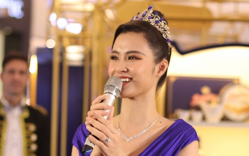 Xuất hiện với tạo hình công chúa, Đông Nhi bị fan đòi… tháo vương miện vì lý do không ngờ