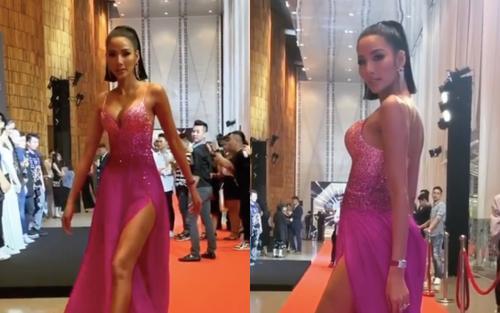 Tung màn 'Bamboo walk' kinh điển trên thảm đỏ, Hoàng Thùy liền giật giải trang phục ấn tượng