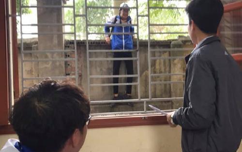 Tưởng trèo tường sẽ thoát được tội đi học trễ nhưng thực tế lại khiến cậu bạn 'khóc thét'