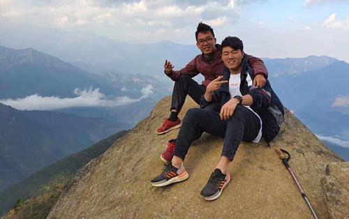 Sau thời gian điều trị chấn thương, Lương Xuân Trường 'hào hứng' chống nạng đi leo núi
