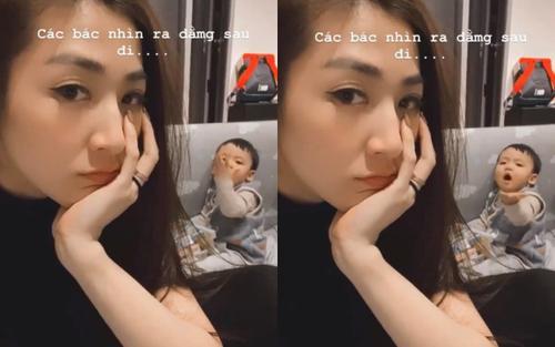 Á hậu Tú Anh khoe khoảnh khắc con trai hôn gió mẹ cực đáng yêu