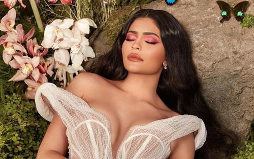 Kylie Jenner hóa thân thành nàng công chúa quyến rũ trong bộ váy xẻ ngực sâu