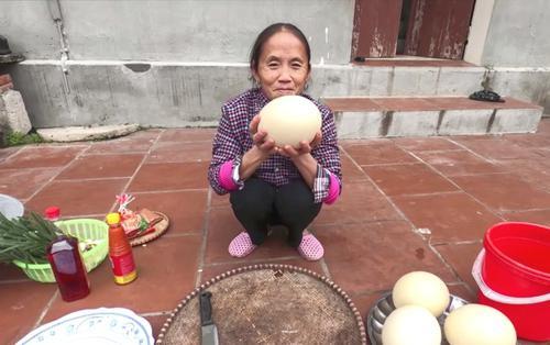 Làm món trứng đà điểu khổng lồ, Bà Tân bị dân tình chỉ ra lỗi sai có thể khiến người ăn ngộ độc