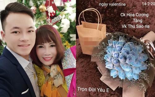 'Cô dâu 62 tuổi' hạnh phúc khoe bó hoa đầy tiền của chồng trẻ tặng nhân dịp Valentine