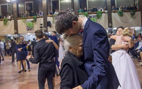 Nam sinh mời người bà 85 tuổi đến dự đêm prom và lí do gây xúc động