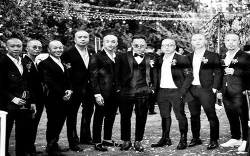 Dân mạng thích thú với bức ảnh Hoàng Touliver 'lầy lội' xoá sạch tóc hội bạn thân khi đi dự đám cưới