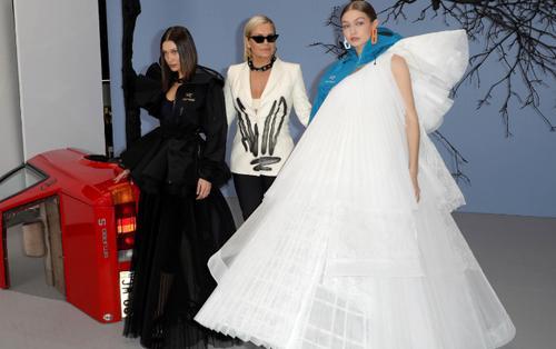 Ba mẹ con siêu mẫu Hadid 'chiếm sóng' trong show Off-White thu hút giới mộ điệu