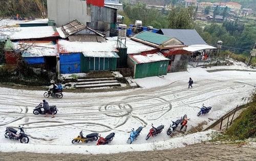 Các tuyến đường ở Lai Châu trắng xóa sau hai trận mưa đá kinh hoàng