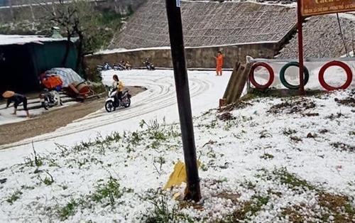 Chuyên gia khí tượng lý giải vì sao Lai Châu có mưa đá dày đặc chưa từng có, phủ trắng khắp nơi như tuyết
