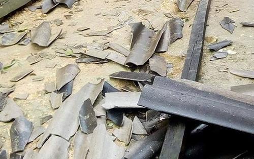 Mưa đá trắng xóa gây hư hỏng mái nhà dân