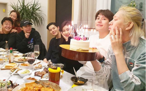 Bữa tiệc ấm cúng kỷ niệm 15 năm ra mắt của Heechul: cậu út Kyuhyun cũng có mặt