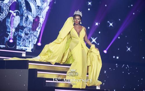 Hoa hậu kế nhiệm Hương Giang khoe vòng 1 tràn trề với chiếc váy dài 4m, final walk linh đình ở chung kết Miss In't Queen