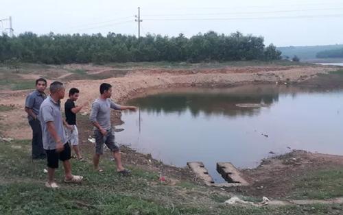 Trượt chân rơi xuống hồ, 2 học sinh tiểu học tử vong