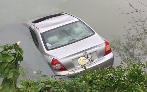 Ô tô đang đi trên đường bất ngờ lao xuống sông chìm nghỉm, nữ tài xế mắc kẹt tử vong trên vô lăng