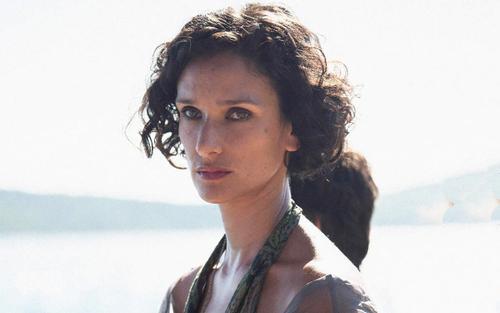 Indira Varma - diễn viên Game of Thrones dương tính với COVID-19, có tiếp xúc với 'Mẹ Rồng' Emilia Clarke