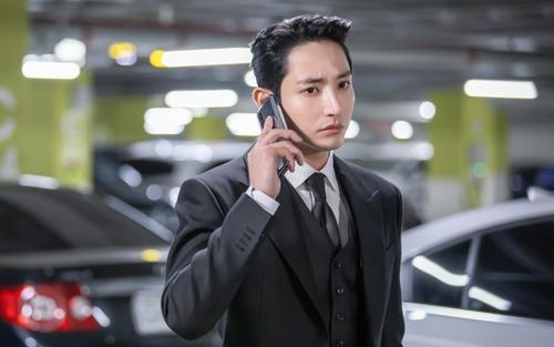 Hé lộ loạt ảnh 'đẹp trụy tim' của 'Hoàng tử Vampire' Lee Soo Hyuk trong phim mới đề tài tái sinh