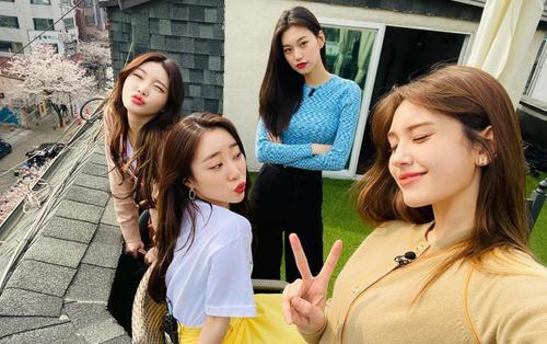 Fan rưng rưng khoảnh khắc Somi hội ngộ với các thành viên IOI