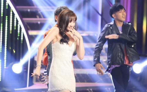 Hari Won để lộ 'vật thể lạ' khi mặc đầm ôm sát nhảy múa bốc lửa trên sân khấu