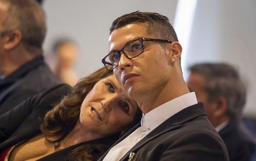 Cristiano Ronaldo tặng đấng sinh thành xế sang tiền tỷ nhân 'Ngày của mẹ'