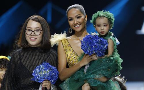 Xót xa mẫu nhí 5 tuổi từng trình diễn cùng H'Hen Niê qua đời vì ung thư