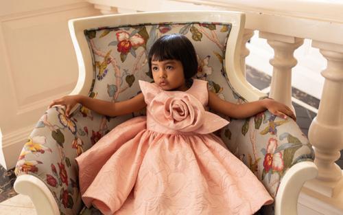 Bé gái da nâu 4 tuổi làm mẫu ảnh, thần thái đầy cuốn hút