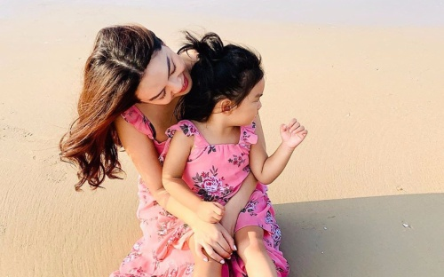 Phạm Quỳnh Anh diện đồ đôi cùng con gái, thần thái quyến rũ khiến ai cũng xuýt soa