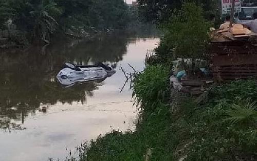 Ô tô 7 chỗ lao xuống sông lúc rạng sáng, 2 người tử vong