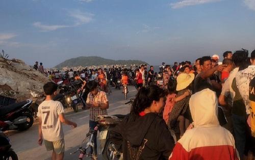 Hàng trăm người tìm kiếm nam sinh lớp 8 đi tắm biển bị sóng cuốn mất tích