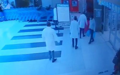 Băng nhóm cải trang bác sĩ cướp trong siêu thị