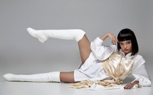 Mẫu nhí lai Việt - New Zealand đá chân, tung tóc tạo dáng như búp bê Barbie